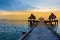 Abandone el templo en el mar con el cielo hermoso durante puesta del sol Foto de archivo libre de regalías