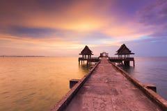 Abandone el templo en el océano con horizonte hermoso Fotos de archivo