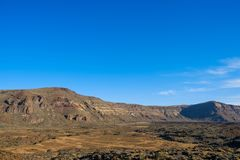 Abandone el valle en el paisaje de la montaña, fondo del cielo azul del claro Imágenes de archivo libres de regalías