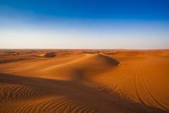 Abandone la arena y las dunas con el cielo azul claro imagen de archivo libre de regalías