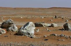 Abandone la arena y las rocas, en el corazón de la Arabia Saudita en la manera a Riad Imagenes de archivo