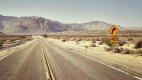 Abandone la carretera con la muestra del límite de velocidad, los E.E.U.U. Imágenes de archivo libres de regalías