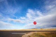 Abandone la carretera con una muestra de la parada, imagen del concepto, los E.E.U.U. Fotos de archivo libres de regalías