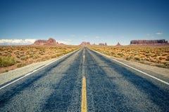 Abandone la carretera que lleva en el valle del monumento Foto de archivo libre de regalías