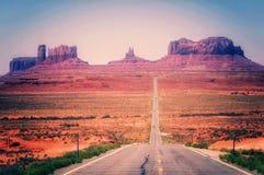 Abandone la carretera que lleva en el valle del monumento, Utah, los E.E.U.U. Imagen de archivo
