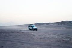Abandone la conducción de automóviles del suv del safari a través de las dunas de arena, Hurghada, Egipto Imagen de archivo libre de regalías