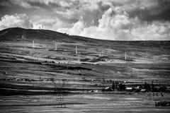 Abandone la escena de la granja en colina blanco y negro con las nubes Foto de archivo libre de regalías