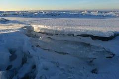 Abandone la masa de hielo flotante de hielo a la masa de hielo flotante de hielo a la línea del horizonte teniendo en cuenta el s Imagen de archivo