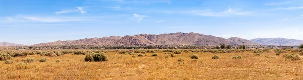 Abandone la opinión del panorama de las montañas en un día agradable Fotografía de archivo