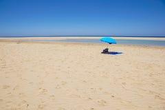 Abandone la playa con las sombras del sol, mar tranquilo, cielo azul, nubes Destino del viaje del verano Fotos de archivo