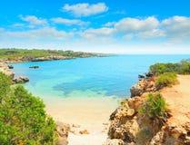 Abandone la playa en Alghero en un día de verano claro Foto de archivo