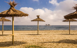 Abandone la playa, las sombrillas de la paja, el mar, el cielo azul y la velocidad turística Fotografía de archivo