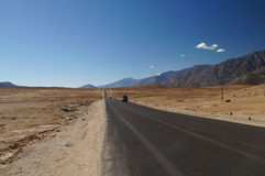 Abandone la vista escénica de la carretera con curvas de la alta montaña y de los agains de los coches Imágenes de archivo libres de regalías