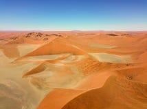 Abandone las dunas de arena en Namibia meridional tomada en enero de 2018 Foto de archivo