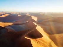 Abandone las dunas de arena en Namibia meridional tomada en enero de 2018 Imagen de archivo libre de regalías