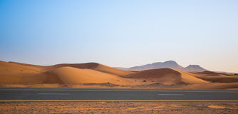 Abandone, las dunas de arena y el camino por la tarde Fotos de archivo
