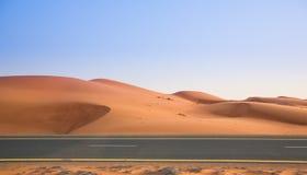 Abandone, las dunas de arena y el camino por la tarde Imagen de archivo