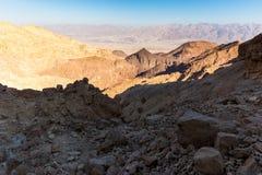 Abandone las montañas que los acantilados de la roca gorge, viaje Israel del barranco de Negev Imágenes de archivo libres de regalías