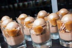 Abandone las tortas dulces con las bolas del yogur con sabor a fruta congelado Foto de archivo