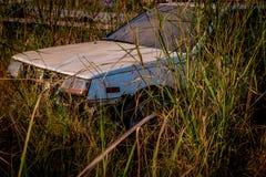 Abandone vände gamla bilar in i haverier Royaltyfria Foton