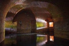 Abandoned översvämmade den gamla Prussian befästningen i Kaliningrad Arkivbilder