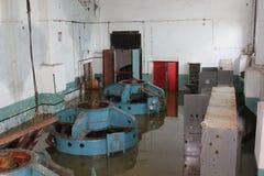 Abandoned översvämmade fabriken Flod Översvämmad mekanism översvämmad lokal Arkivbild