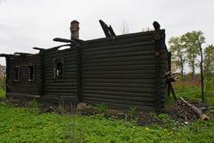 Abandoned brände träbyggnad Arkivbild