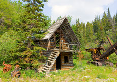An abandoned cabin and mining apparatus in northern canada Royalty Free Stock Photography