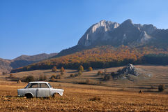Abandoned car in the mountains Royalty Free Stock Images