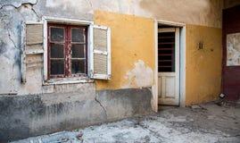 Abandoned deserterade yttersida av ett hus Royaltyfri Bild