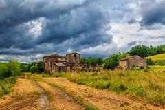 Abandoned fördärvade byn i Tuscany Arkivbilder