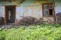 Abandoned fördärvade det gamla huset Arkivbild