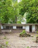 Abandoned fördärvade huset bland träden Royaltyfri Fotografi