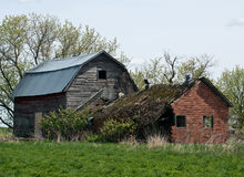 Abandoned fördärvade huset och ladugården Arkivbilder