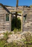 Abandoned fördärvade husingången Arkivbild