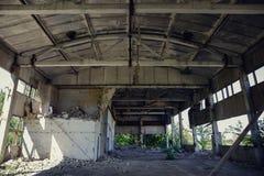 Abandoned fördärvade industriell fabriksbyggnad, fördärvar och rivning Royaltyfri Bild