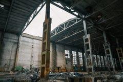 Abandoned fördärvade industriell fabriksbyggnad, fördärvar och rivningbegrepp Royaltyfri Fotografi