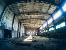Abandoned fördärvade industriell fabriksbyggnad, korridorsikt med perspektiv, fördärvar och rivningbegrepp Fotografering för Bildbyråer