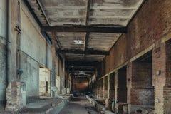 Abandoned fördärvade industriell fabriksbyggnad, korridorsikt med perspektiv, fördärvar och rivningbegrepp Arkivbilder