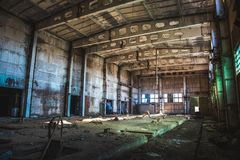 Abandoned fördärvade industriell fabriksbyggnad, korridorsikt med perspektiv, fördärvar och rivningbegrepp Arkivbild