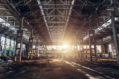 Abandoned fördärvade industriell fabriksbyggnad, korridorsikt med perspektiv, och solljus, fördärvar och rivningbegreppet Arkivbild