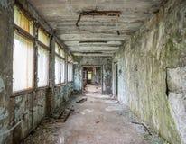 Abandoned fördärvade korridoren i den Pripyat skolan Royaltyfria Foton