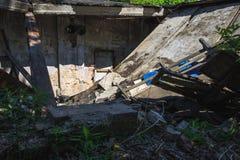 Abandoned fördärvade slangen som demolerades av naturkatastrof eller krig Arkivfoto