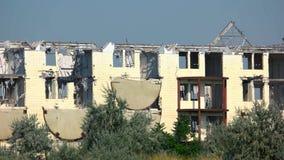 Abandoned fördärvade tegelstenbyggnad med brutna fönster stock video