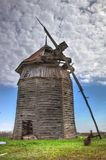 Abandoned fördärvade träväderkvarnen Arkivbild