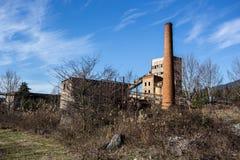 Abandoned fördärvade växten för förstärkt betong i Abchazien Arkivfoton