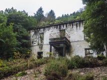 Abandoned fördärvar av historiskt villahus i tropisk skog på den fotvandra slingan för vandringsledet nära Furnas, den SaoMiguel  royaltyfria foton