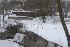 Abandoned förstärkta konkreta tjock skiva som ligger på vägrenovergren Royaltyfri Fotografi