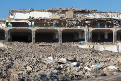 Abandoned förstörde fabriksbyggnad, industriell bakgrund Royaltyfri Bild