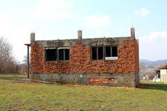 Abandoned förstörde tegelstenhuset utan taket Royaltyfri Fotografi